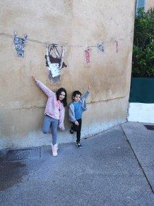 שני ילדים מבסוטים בטיול בפרונס וברביירה הצרפתית