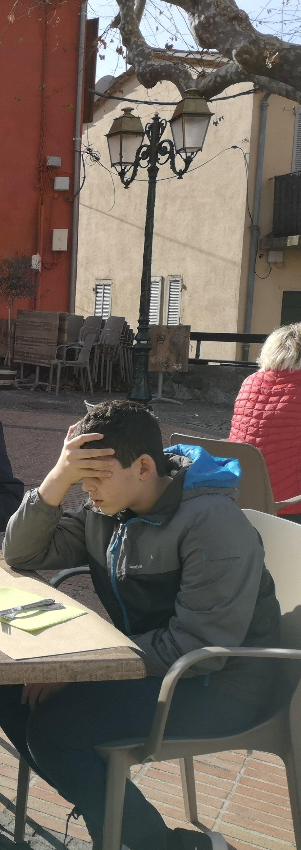 ילד עייף בכפר עתיק וקסום